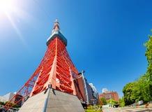 Vista alla torre di Tokyo di estate sul fondo del cielo blu Immagini Stock