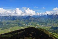 Vista alla valle dalla strada di panorama di Rossfeldstrasse vicino a Berchtesgaden, Baviera, Germania Fotografia Stock