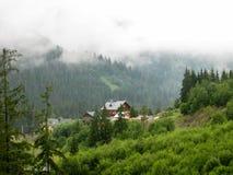 Vista alla valle dell'alta montagna con le case, Carpathians Immagine Stock Libera da Diritti