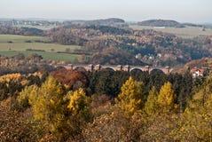 Vista alla valle di Elstertal di autunno con il ponte del mattone di Elstertalbrucke dall'allerta di Julius-Mosen-Turm Immagine Stock