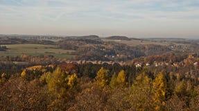 Vista alla valle di Elstertal di autunno con il ponte del mattone di Elstertalbrucke dall'allerta di Julius-Mosen-Turm Fotografia Stock Libera da Diritti