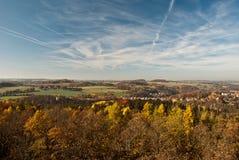 Vista alla valle di Elstertal di autunno con il ponte del mattone di Elstertalbrucke dall'allerta di Julius-Mosen-Turm Immagini Stock Libere da Diritti