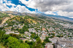 Vista alla vecchia città di Gjirokaster Immagini Stock