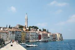 Vista alla vecchia città Rovigno dalla barca La Croazia fotografia stock