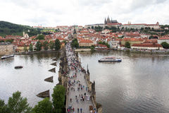 Vista alla vecchia torre del ponte di Charles Bridge From Top Of in repubblica Ceca di Praga Fotografia Stock Libera da Diritti