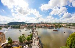 : Vista alla vecchia torre del ponte di Charles Bridge From Top Of in repubblica Ceca di Praga Fotografie Stock Libere da Diritti
