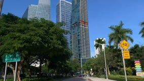 Vista alla via della città sul fondo dei grattacieli a Miami archivi video