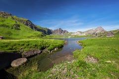 Vista alle alpi del lago e dello svizzero Melchsee vicino a Frutt Immagini Stock