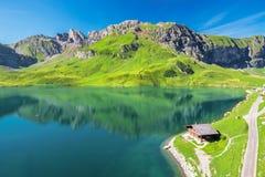 Vista alle alpi del lago e dello svizzero Melchsee vicino a Frutt Immagine Stock Libera da Diritti