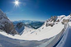 Vista alle alpi ed all'albergo di lusso di Pilatus-Kulm alla cima della montagna di Pilatus in Lucern, Svizzera Fotografia Stock Libera da Diritti