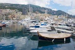 Vista alle barche legate nel porto di Monte Carlo, Monaco Immagine Stock