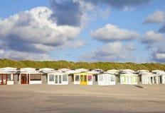 Vista alle case di spiaggia olandesi con il cielo Fotografia Stock Libera da Diritti