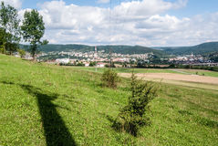 Vista alle città di Kraluv e di Beroun Dvur dalla collina di Damil Immagine Stock