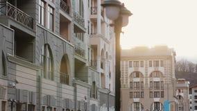 Vista alle costruzioni moderne alla via Sera soleggiata nella città pila Architettura video d archivio