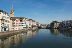 Vista alle costruzioni storiche alle banche del fiume di Limmat a Zurigo, Svizzera Fotografie Stock