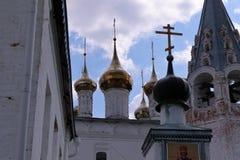 Vista alle cupole della cattedrale della trinità del monastero degli uomini di Nikolsky fotografie stock