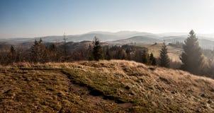 Vista alle montagne di Beskid Zywiecki dalla collina di Koczy Zamek sopra il villaggio di Koniakow in Polonia fotografia stock