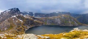 Vista alle montagne vicino a Reine, Lofoten, Norvegia immagini stock