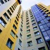 Vista alle nuove aree della città, nuovo colore dell'multi-appartamento del pannello Fotografie Stock Libere da Diritti