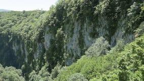 Vista alle rocce della gola profonda Canyon di Okatse, vicino a Kutaisi, Georgia archivi video