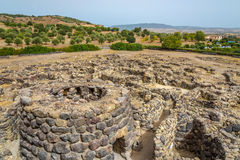 Vista alle rovine dal nuraghe dell'Unione Sovietica Nuraxi vicino a Barumini in Sardegna immagine stock