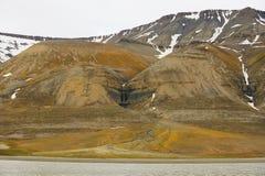 Vista alle scogliere la riva artica dell'arcipelago polare di Spitsbergen vicino a Longyearbyen, Norvegia immagini stock