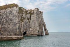 Vista alle scogliere verticali del calcare di Etretat in Normandie, Francia Fotografie Stock Libere da Diritti
