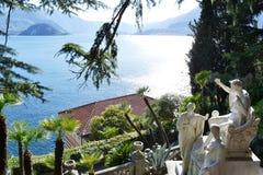 Vista alle sculture antiche da Giovan Battista Comolli della villa Monastero e vista panoramica al lago Como e Bellagio immagini stock libere da diritti