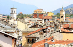 Vista alle vecchie case e torrette di chiesa, Susa Immagini Stock Libere da Diritti