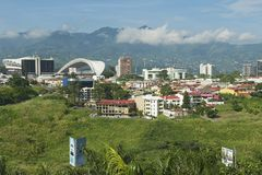 Vista allo stadio ed alle costruzioni nazionali con le montagne ai precedenti in San José, Costa Rica Fotografie Stock