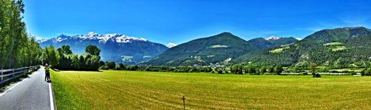 Vista Alpe-panoramica italiana sul percorso della bici a Laders Fotografia Stock