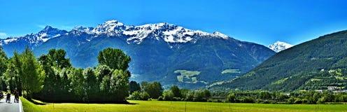 Vista Alpe-panoramica italiana sul percorso della bici a Laders Fotografia Stock Libera da Diritti