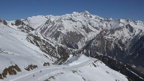 Vista alpina con corsa con gli sci