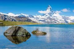 Vista alpina del lago della montagna di bella estate Fotografie Stock Libere da Diritti