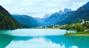Vista alpina del lago di estate Immagini Stock
