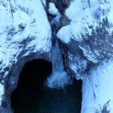 Vista alpina di Arial della gola di inverno immagine stock