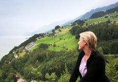 Vista alpina nebbiosa della valle Fotografia Stock