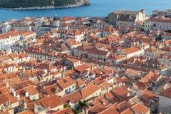 Vista alta à cidade velha Dubrovnik na Croácia em um dia ensolarado foto de stock