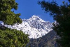 Vista alta chiusa del picco di Everest da area di Namche Durante il modo al campo base di Everest Fotografia Stock