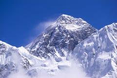 Vista alta chiusa del picco di Everest da Gorak Shep Durante il modo al campo base di Everest Fotografia Stock Libera da Diritti
