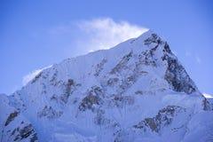 Vista alta chiusa del picco di Lhotse con neve che soffia sulla cima da Gorak Shep Durante il modo al campo base di Everest Fotografia Stock