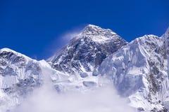 Vista alta chiusa di Everest da Gorak Shep Durante il modo al campo base di Everest Fotografia Stock Libera da Diritti