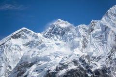 Vista alta chiusa di Everest da Gorak Shep Durante il modo al campo base di Everest Fotografie Stock Libere da Diritti
