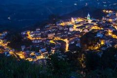 Vista alta da cidade pequena de Zaruma no nightime Imagem de Stock