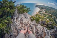 Vista alta das rochas aos arbustos da costa e de zimbro, de primeira pessoa, distorção do olho de peixes imagens de stock