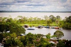 Vista alta do Rio Amazonas e de casas locais imagem de stock