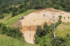 Vista alta sobre os montes da floresta úmida com desflorestamento para cultivar em Tailândia do norte fotografia de stock