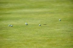 Vista alta vicina del campo da golf di poche palle vicino al foro su verde Immagini Stock