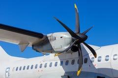 Vista alta vicina del motore e delle pale del rotore dell'aeroplano fotografia stock libera da diritti