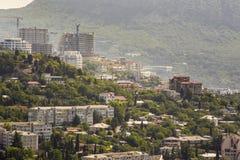 Vista alta vicina dell'antenna sulle costruzioni della città di Jalta Fotografia Stock